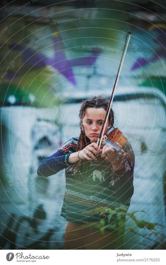 Ton in Ton   Geige und Graffiti Mensch Jugendliche Junge Frau Stadt 18-30 Jahre Erwachsene Wand feminin Spielen Mauer außergewöhnlich Fassade Freizeit & Hobby