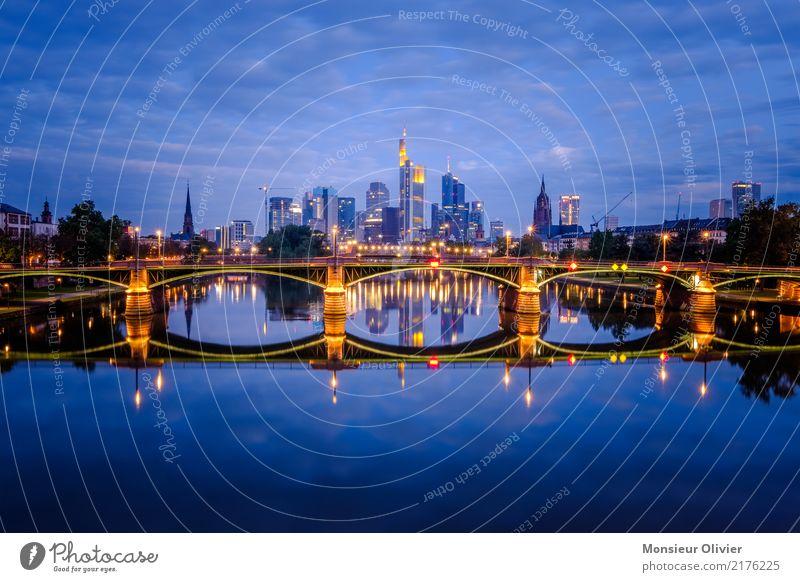 Skyline Frankfurt am Main Stadt Stadtzentrum Bankgebäude Brücke Architektur Himmel Wolken blau Reflexion & Spiegelung Lichterscheinung Lichtermeer Hochhaus