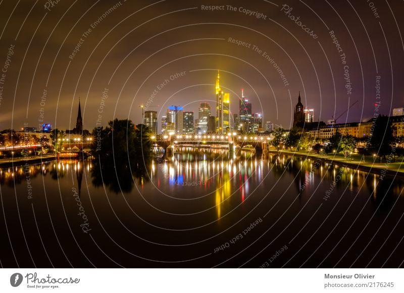 Mainhattan Skyline Frankfurt am Main Hochhaus Stadt Großstadt Fluss Hessen Deutschland Bankgebäude Bankenviertel Nacht Morgen Morgendämmerung blau Architektur