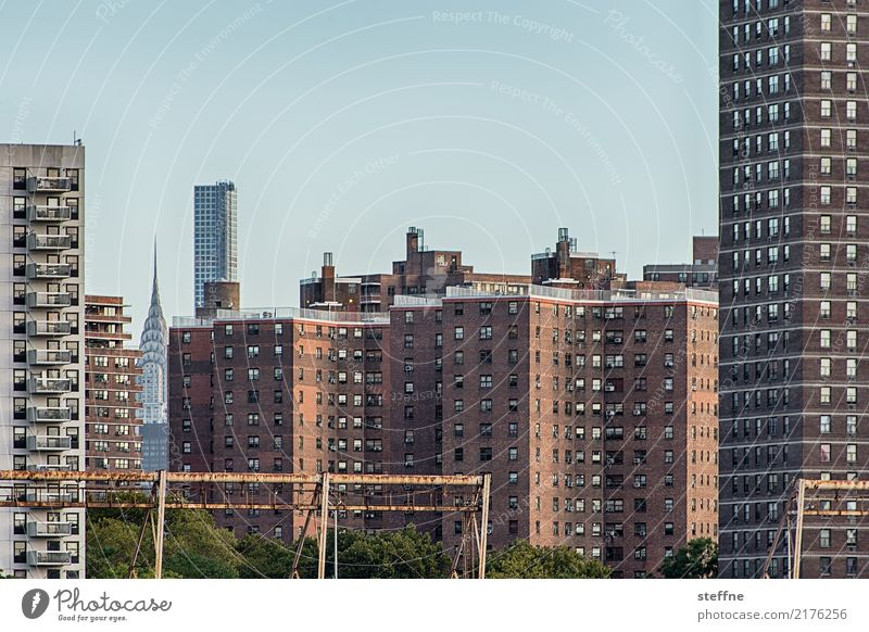 Wohnen in der Stadt I überbevölkert Haus Hochhaus Häusliches Leben New York City Manhattan Chrysler Building Plattenbau Farbfoto Außenaufnahme Menschenleer