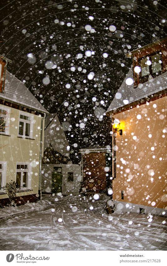 Winter Stadt Winter ruhig Einsamkeit gelb Straße Lampe kalt Schnee Fenster Schneefall braun Wetter Schneeflocke abstrakt Nacht