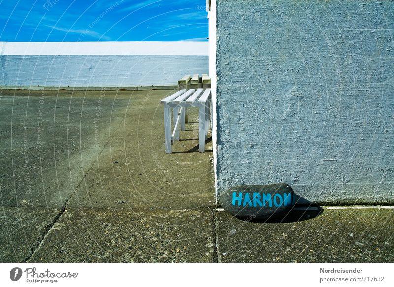 Harmonie...nicht ganz perfekt... blau Sommer ruhig Wand Stil Stein Mauer Zufriedenheit Stimmung Architektur Lifestyle Bank Romantik Schriftzeichen Ziel