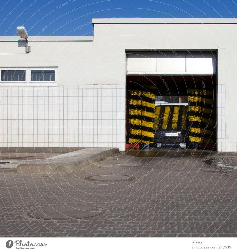 Waschtag schwarz Haus gelb Straße Wand Stein Mauer PKW Beton Verkehr Fassade Industrie modern authentisch einfach Reinigen