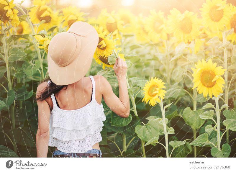 Mädchen auf dem Gebiet der Sonnenblumen Mensch Frau Natur Ferien & Urlaub & Reisen Jugendliche Pflanze Junge Frau Sommer schön Freude Erwachsene Lifestyle
