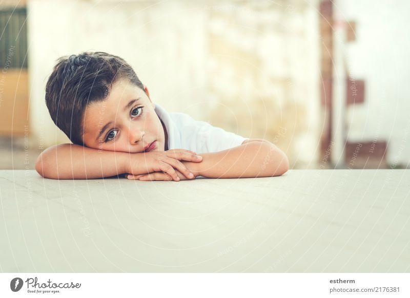 Kind Mensch Einsamkeit Lifestyle Traurigkeit Gefühle Freiheit Kindheit sitzen Abenteuer Fitness Pause Gelassenheit Wut Kleinkind Langeweile