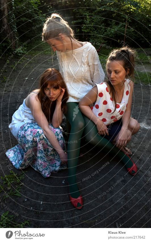 URBANSUMMERTONES : Mensch Jugendliche Erwachsene Erholung feminin Gras Haare & Frisuren Mode Junge Frau Freundschaft blond 18-30 Jahre Design Kleid Kultur Körperhaltung