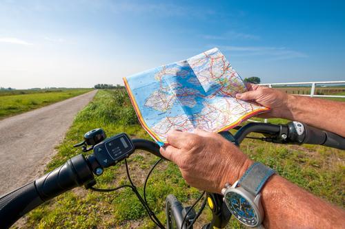 Mann mit einem E-Bike schaut auf eine Straßenkarte Lifestyle Gesundheit sportlich Ferien & Urlaub & Reisen Tourismus Abenteuer Freiheit Sightseeing Fahrradtour