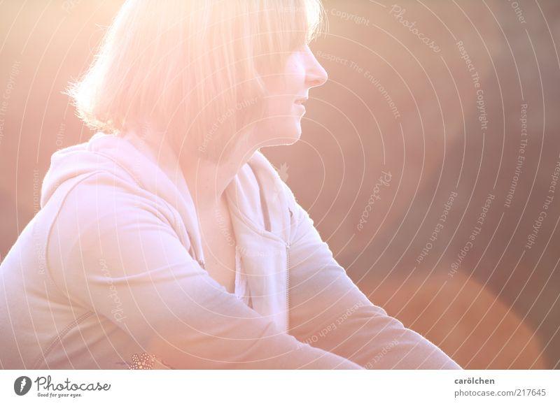 she's the light Mensch feminin Junge Frau Jugendliche 1 18-30 Jahre Erwachsene gelb rot Überstrahlung Blendenfleck Erholung Lächeln ruhen genießen Wärme