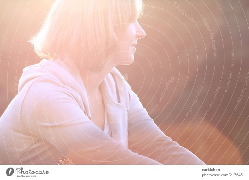 she's the light Mensch Jugendliche rot gelb Erholung feminin Haare & Frisuren Wärme blond Erwachsene Hoffnung genießen Lächeln verträumt ruhen Blendenfleck