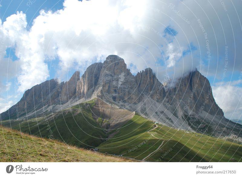 Bergwelt Himmel Natur blau grün weiß Sonne Erholung Landschaft Wolken Berge u. Gebirge Umwelt Gefühle Wiese Gras Wege & Pfade grau