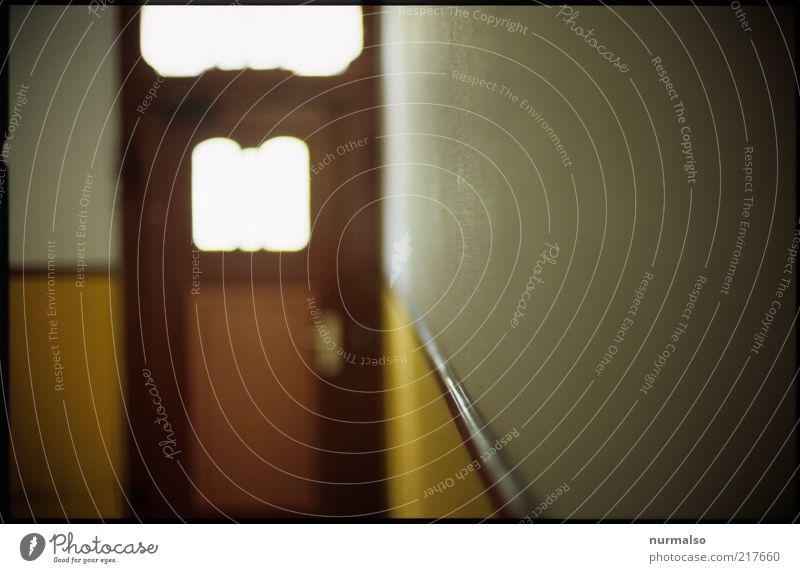 Hausflur Flur Treppenhaus Tür Tapete Zeichen leuchten träumen trashig trist skurril Surrealismus Symmetrie ruhig Ausgang Lichtstimmung Farbfoto Experiment