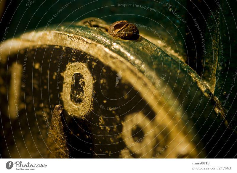 Tankanzeige Retro alt grün Metall gold Verkehr Energiewirtschaft ästhetisch retro Technik & Technologie Uhr Ziffern & Zahlen Zeichen Rost Anzeige Makroaufnahme