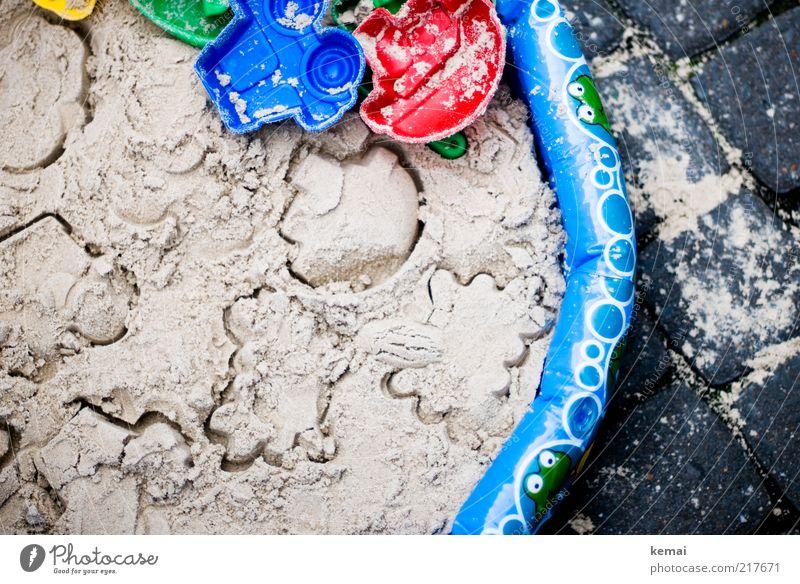 Urbaner Badeurlaub blau rot Sommer Freude Strand Sand Freizeit & Hobby Spielzeug Kindheit Pflastersteine Adjektive Abdruck Kinderspiel Sandkasten Sandspielzeug
