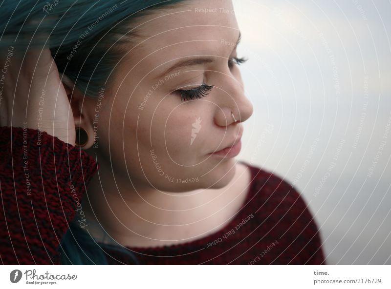 Lique feminin Frau Erwachsene 1 Mensch Himmel Ostsee Pullover Schmuck Piercing brünett langhaarig beobachten Denken Blick warten dunkel schön Leidenschaft