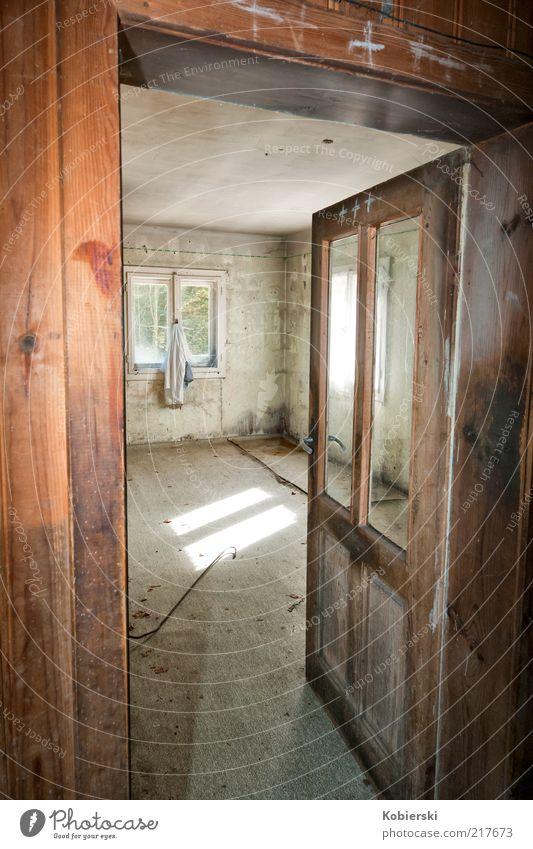Niemand zu Hause alt grün Einsamkeit Fenster grau Gebäude braun Tür Raum Armut offen Häusliches Leben Autotür Vergänglichkeit Vergangenheit Verfall