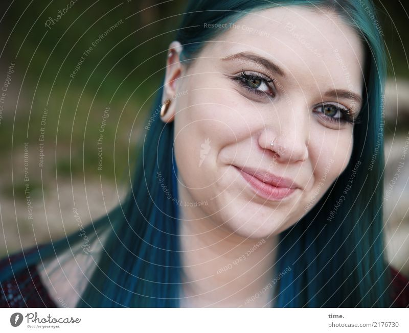 Lique feminin Frau Erwachsene 1 Mensch Pullover Ohrringe langhaarig beobachten Lächeln Blick warten schön Wärme Freude Glück Zufriedenheit Lebensfreude