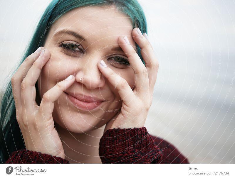. Mensch Frau schön Wasser Strand Erwachsene Leben Küste feminin Glück Haare & Frisuren Zufriedenheit frisch Lächeln Lebensfreude beobachten