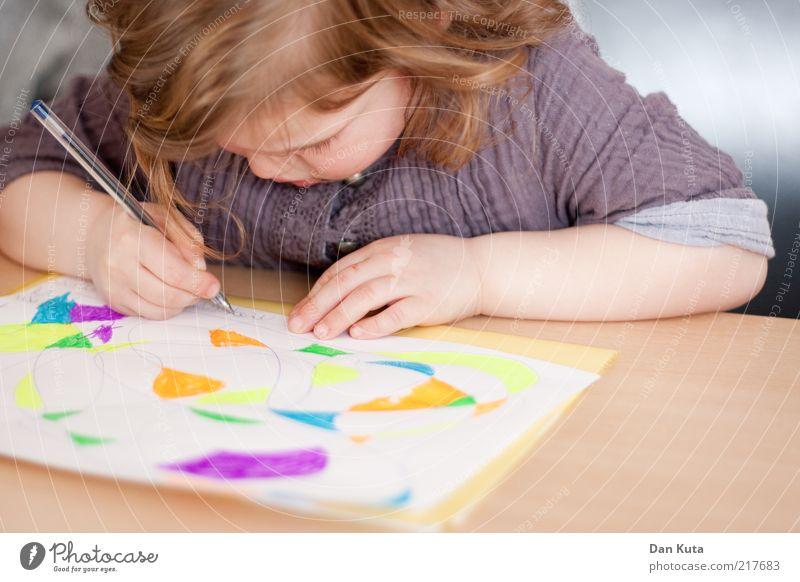 Malkurs für Fortgeschrittene Mensch Kind Mädchen Blatt Farbe Spielen Linie Kindheit Freizeit & Hobby sitzen Tisch Fröhlichkeit Papier niedlich weich stoppen