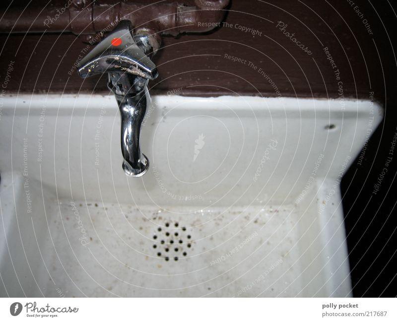 Aufdrehn Sauberkeit Wasserhahn Waschbecken Wasserbecken Armatur machen Reinigen alt ästhetisch authentisch dreckig kalt nah trist silber weiß ruhig Reinlichkeit