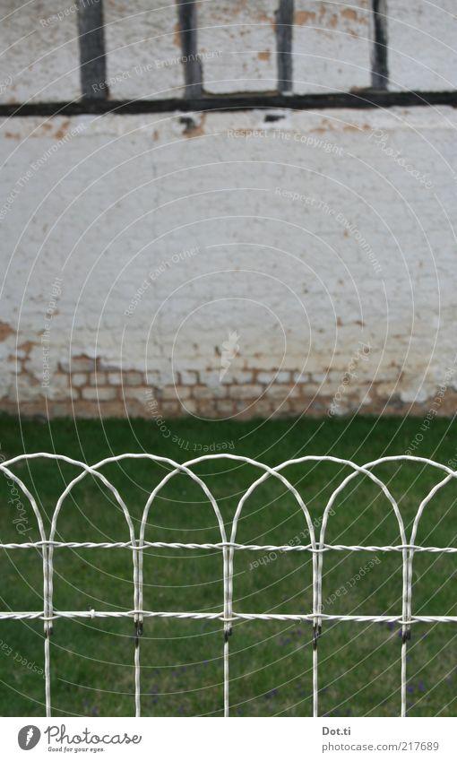 Dorfschönheit Haus Gebäude Mauer Wand Fassade Garten alt Symmetrie Zaun Draht Fachwerkfassade Scheune ländlich Vorgarten Gras Rasen ornamental rustikal Wiese