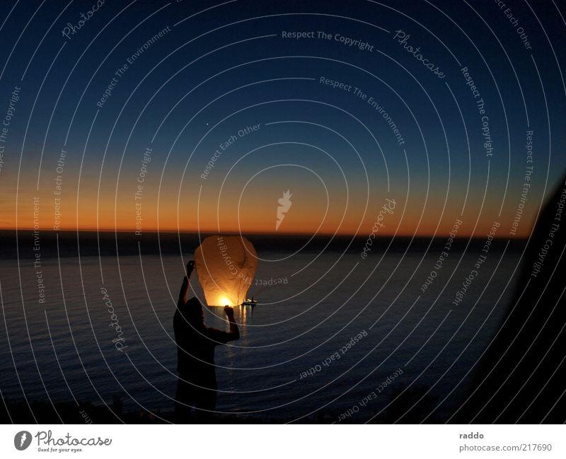 Send a Light Freizeit & Hobby Ferien & Urlaub & Reisen Ferne Freiheit Meer maskulin Mann Erwachsene 1 Mensch Wolkenloser Himmel Stern Horizont Sonnenaufgang