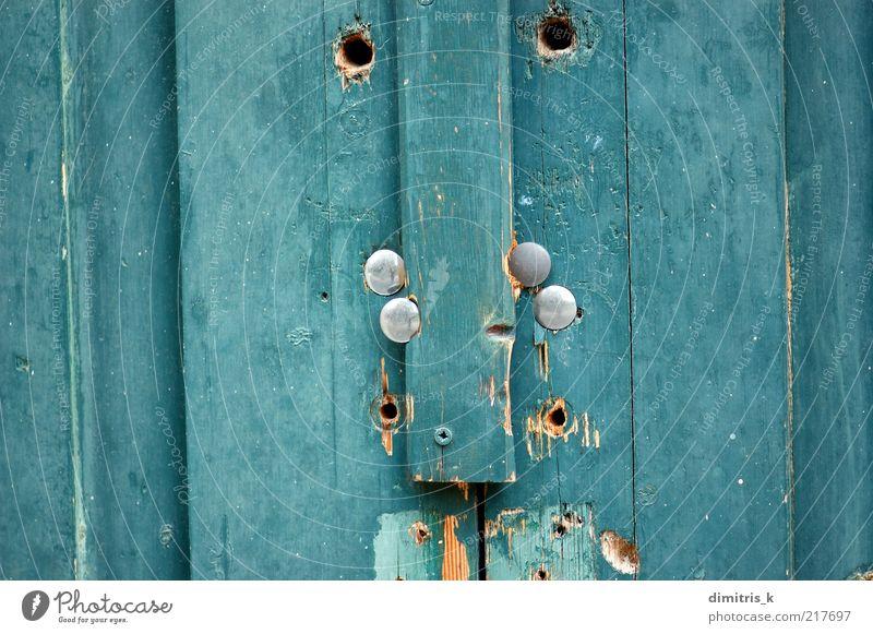 blaue Holzstruktur Tür alt dreckig natürlich Farbe Verfall gebrochen verbrettert Verlassen angeblättert abgeplatzt Konsistenz Hintergrundbild Grunge Riss