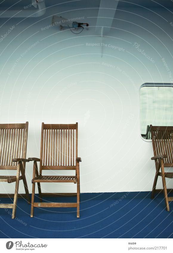 Harter Stuhl Fenster Wasserfahrzeug blau braun weiß Überfahrt Holzstuhl leer Stuhlreihe Schiffsdeck Campingstuhl Sitzgelegenheit Farbfoto Gedeckte Farben