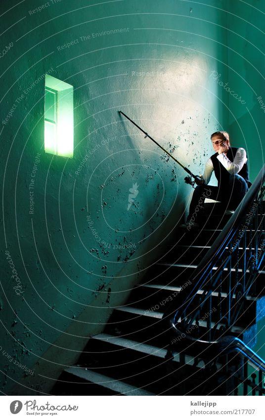fischers fritze Lifestyle Freizeit & Hobby Angeln Mensch Mann Erwachsene Leben 1 30-45 Jahre Haus Mauer Wand Treppe träumen warten grün stagnierend Stimmung