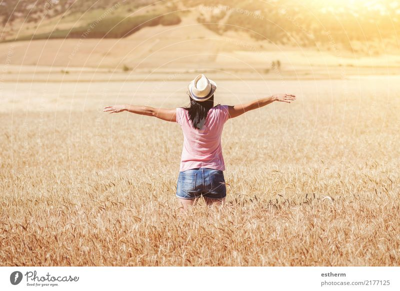 Glückliches Mädchen auf dem Weizengebiet Mensch Frau Ferien & Urlaub & Reisen Jugendliche Junge Frau schön Freude Erwachsene Leben Lifestyle Gesundheit Gefühle