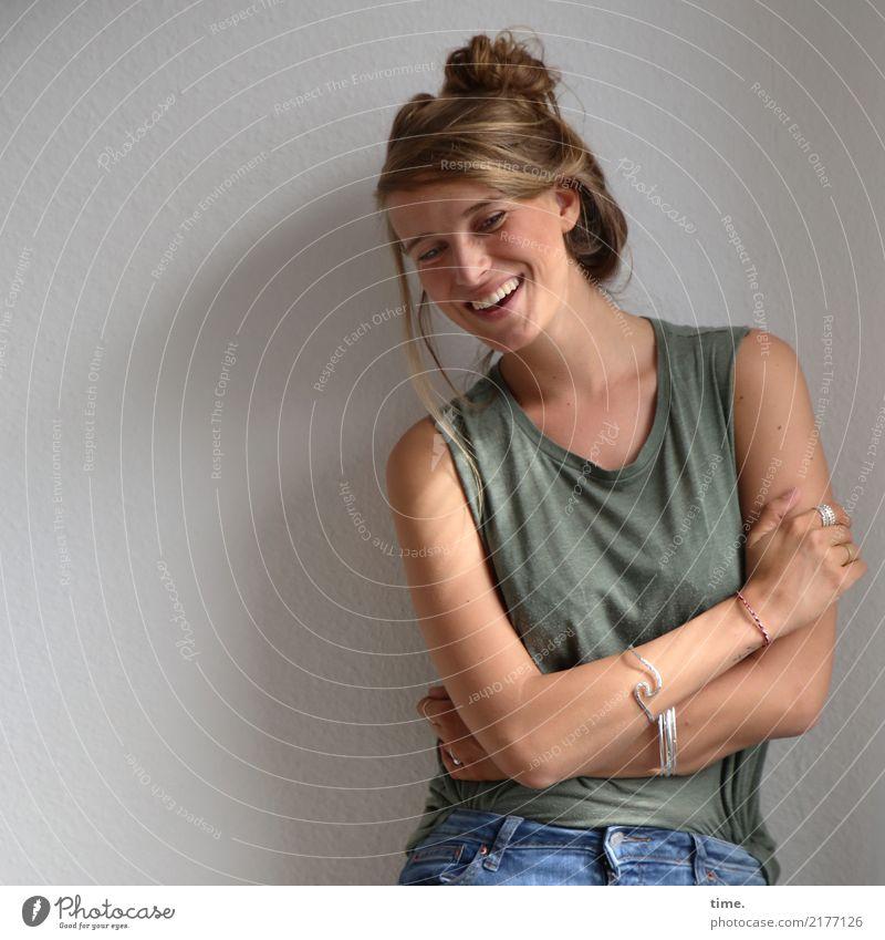 . Mensch Frau schön Freude Erwachsene Leben Gefühle Bewegung feminin lachen Glück Stimmung Raum blond stehen Fröhlichkeit