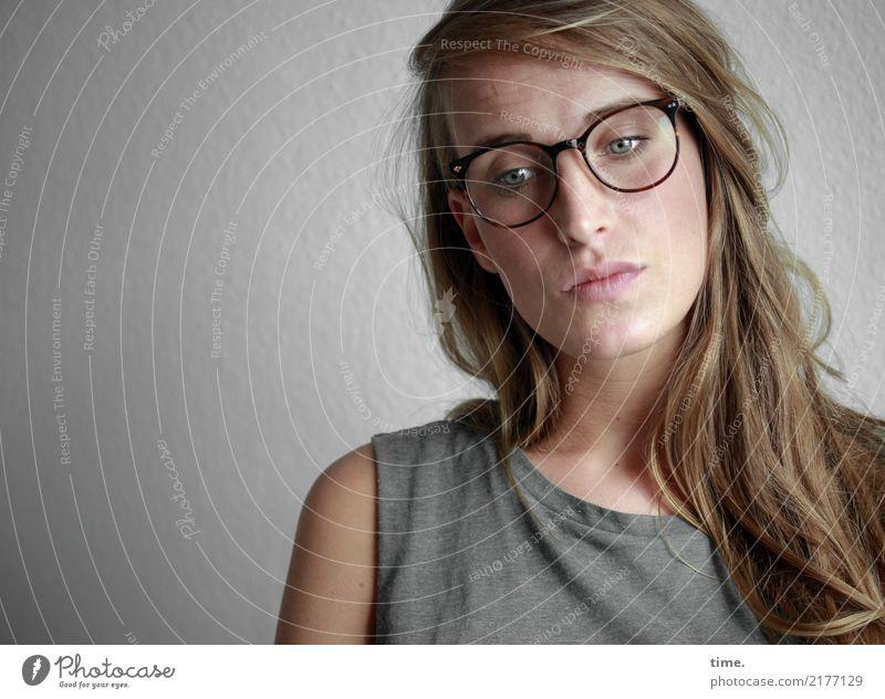 . feminin Frau Erwachsene 1 Mensch T-Shirt Brille blond langhaarig beobachten Denken Blick warten schön Selbstbeherrschung Traurigkeit Sorge Müdigkeit Sehnsucht