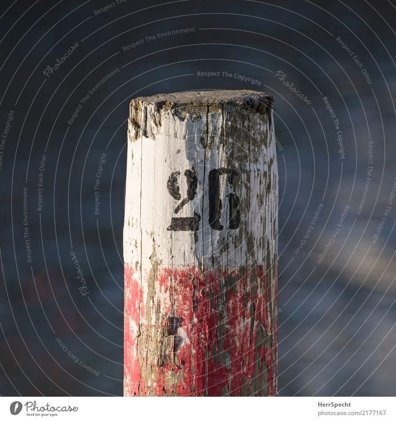 26 Schifffahrt Hafen Jachthafen Holz Ziffern & Zahlen alt ästhetisch kaputt rot schwarz weiß Holzpfahl abblättern Verfall Farben und Lacke Baumstamm Farbfoto