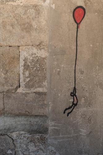 Fly away rot Graffiti lustig Stein grau fliegen Beginn Abenteuer gefährlich Wandel & Veränderung Zeichen Beton Luftballon Unendlichkeit Abheben Zeichnung