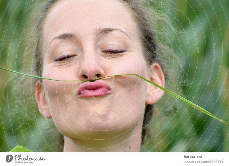 Freizeitspaß   in der Natur Frau Mensch Sommer Freude Erwachsene Umwelt lustig Wiese feminin Gras Stimmung Freizeit & Hobby blond Lächeln Fröhlichkeit