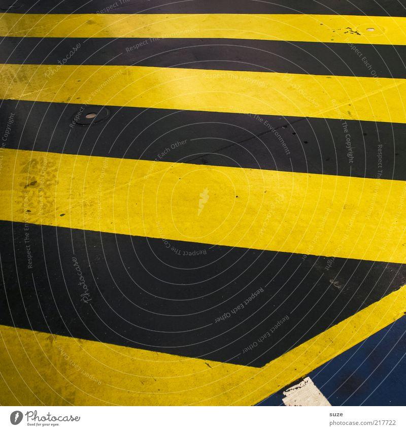 Hinfällig schwarz gelb dreckig Schilder & Markierungen Beton Streifen Asphalt Zeichen Warnhinweis Verkehrswege diagonal Textfreiraum gestreift graphisch abstrakt Balken