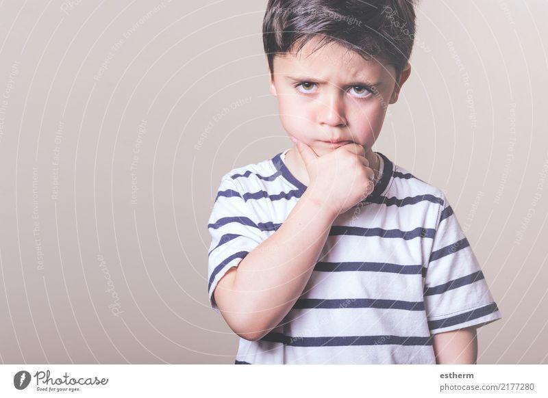 Kind Mensch Einsamkeit Lifestyle Traurigkeit Gefühle Junge maskulin Kindheit trist stehen warten Wut Schmerz Kleinkind Sorge