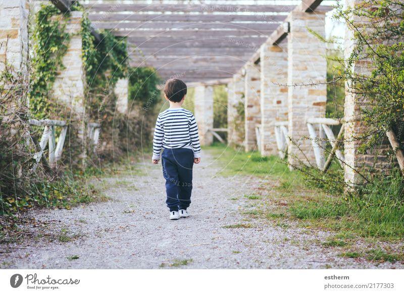 Kind auf einer Straße laufen Mensch Natur Ferien & Urlaub & Reisen Einsamkeit Lifestyle Frühling Gefühle Junge Garten Freiheit maskulin Park Feld Kindheit