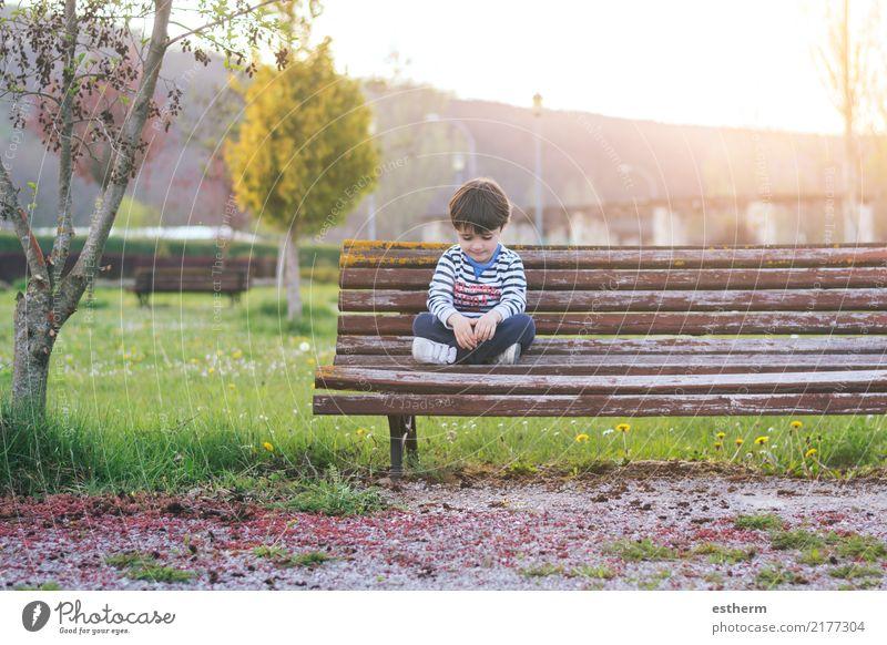 Trauriger Junge Kind Mensch Pflanze Baum Einsamkeit Traurigkeit Frühling Gefühle Garten Denken maskulin Park Kindheit sitzen Fitness