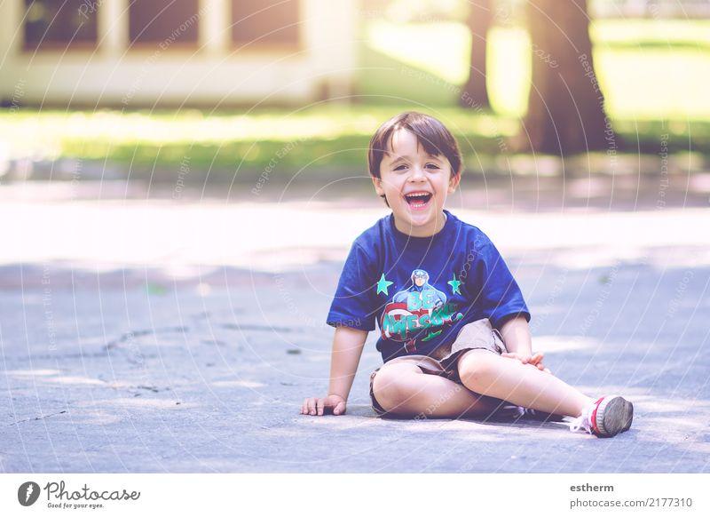 glückliches Kind Mensch Ferien & Urlaub & Reisen Freude Lifestyle Gefühle lachen Junge Glück Schule Freiheit Zufriedenheit maskulin Kindheit sitzen Lächeln