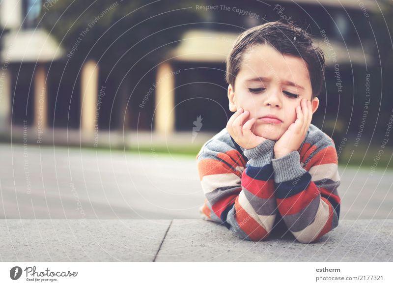 Kind Mensch Einsamkeit Traurigkeit Junge Denken Stimmung maskulin träumen Kindheit Fitness Wut Kleinkind Langeweile Sorge Erschöpfung