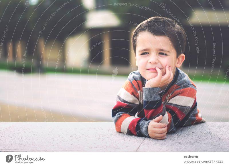glückliches Kind Lifestyle Freude Mensch maskulin Kleinkind Kindheit 1 3-8 Jahre Fitness Lächeln sitzen Glück kuschlig lustig Neugier positiv Gefühle