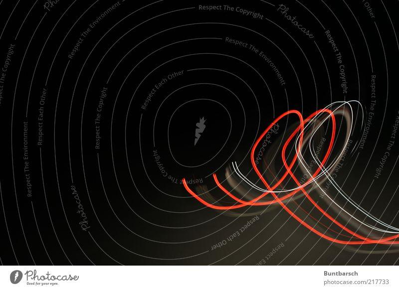 rot-weiß looping dunkel Bewegung hell elegant ästhetisch Schriftzeichen leuchten Kurve Lichtspiel Schleife Schwung geschwungen Langzeitbelichtung abstrakt