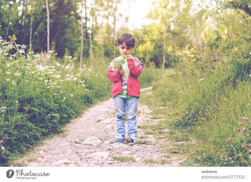 Kind mit Blumen im Frühling Mensch Natur Pflanze Einsamkeit Freude Umwelt Lifestyle Liebe Gefühle Junge Garten Denken maskulin