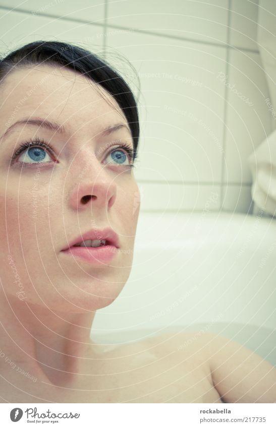 feucht bis warm. Mensch Jugendliche schön Einsamkeit Erholung feminin Traurigkeit träumen Zufriedenheit elegant Schwimmen & Baden ästhetisch einzigartig Bad beobachten Warmherzigkeit