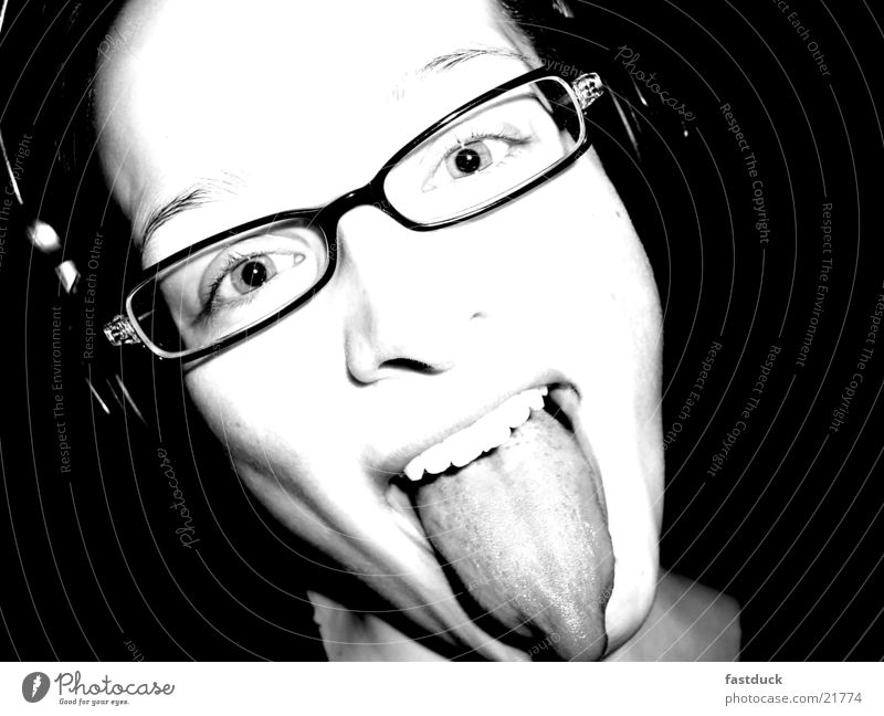 luft rauslassen feminin schwarz weiß Brille Gefühle Porträt Kopfhörer Frau Freude Gesichtsausdruck Zunge kiss Zähne