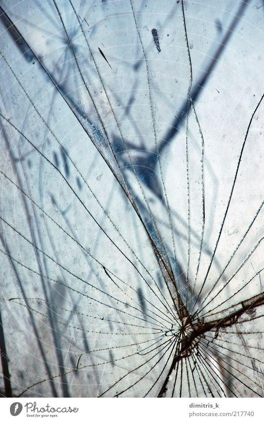 dunkel Glas Hintergrundbild Gewalt Riss Material Oberfläche Kulisse gefleckt Schaden Grunge Konsistenz Bruchstück Vandalismus Makroaufnahme abstrakt