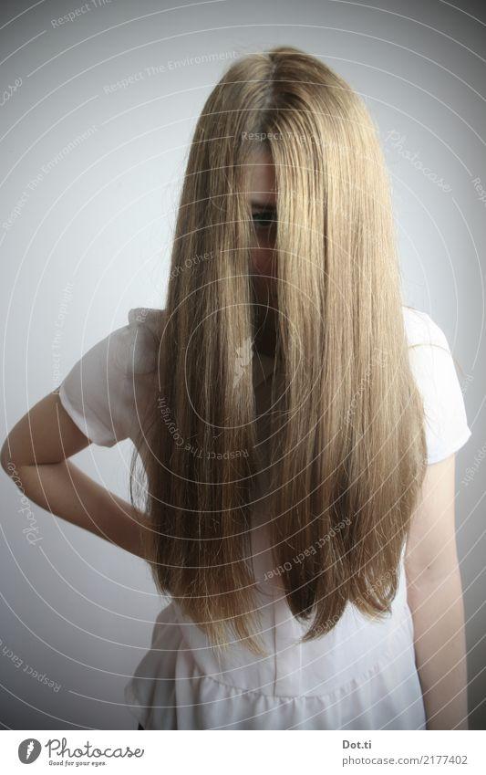 Mädchen mit langen Haaren die das Gesicht verdecken Stil Haare & Frisuren Mensch feminin Junge Frau Jugendliche 1 13-18 Jahre 18-30 Jahre Erwachsene Bekleidung