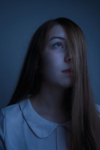Mondsucht Mensch Jugendliche Junge Frau blau Einsamkeit ruhig dunkel 18-30 Jahre Gesicht Erwachsene feminin Haare & Frisuren Stimmung träumen 13-18 Jahre
