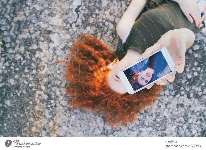 Junge Rothaarigefrau, die ein Selbstporträt nimmt Lifestyle Stil Freude Freizeit & Hobby Handy Bildschirm Fotokamera Unterhaltungselektronik Fortschritt Zukunft