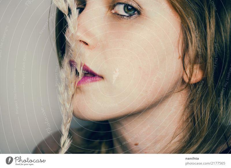 Junge Frau mit einer weichen Trockenblume schön Haut Mensch feminin Jugendliche Gesicht 1 18-30 Jahre Erwachsene Pflanze blond beobachten authentisch einfach